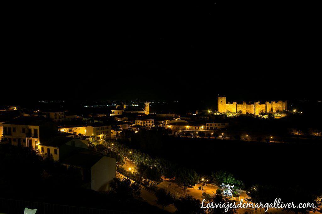 Vistas de noche del castillo de Burgalimar desde la terraza de nuestra habitación en Baños de la Encina - Los viajes de Margalliver